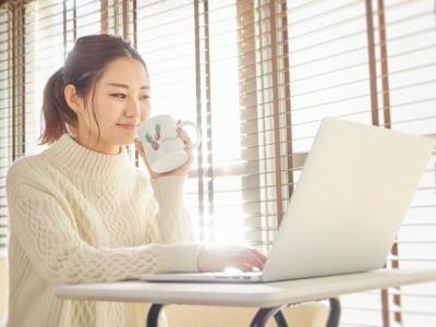 パソコンで介護求人を探す女性