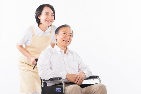 車椅子の男性と介護福祉士