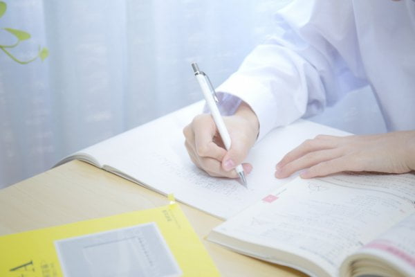 介護福祉士国家試験の受験勉強する女性