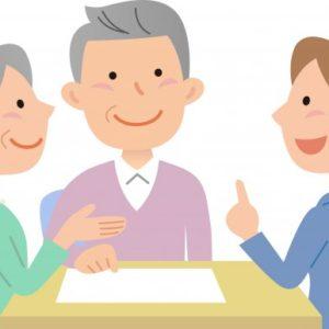 ケアマネと打ち合わせする高齢者夫婦の画像