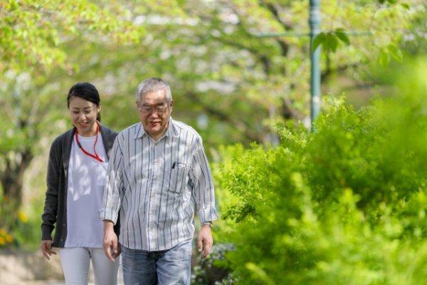 高齢者の通院介助をする女性介護士