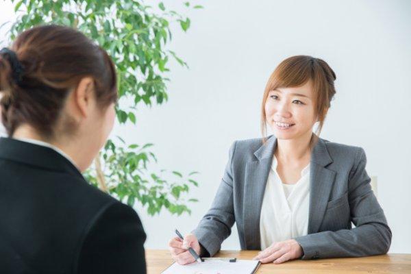 介護の転職で転職エージェントに相談する女性
