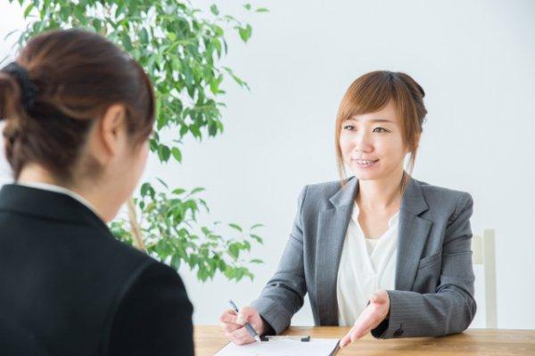 転職エージェントに相談する女性