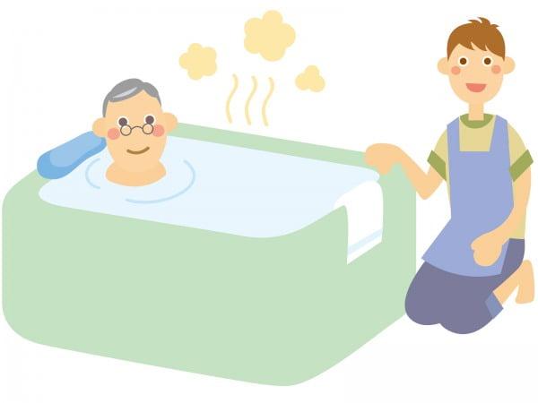 デイサービスで高齢者を入浴させる介護士