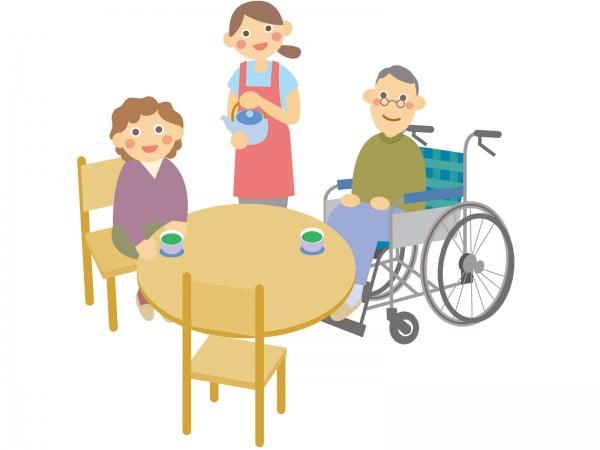 介護施設で高齢者にお茶を入れる介護職員