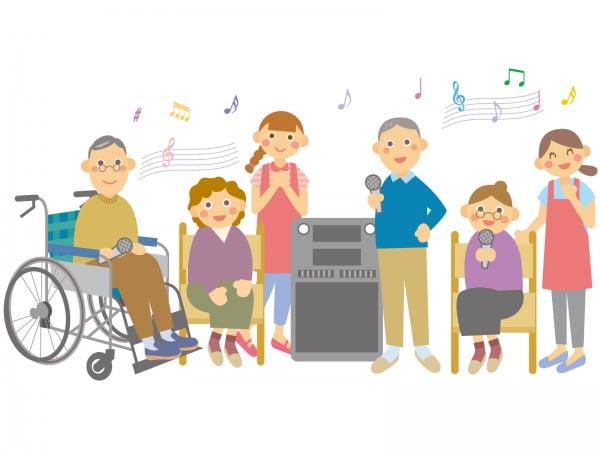 デイサービスのカラオケで盛り上がる高齢者と介護職員