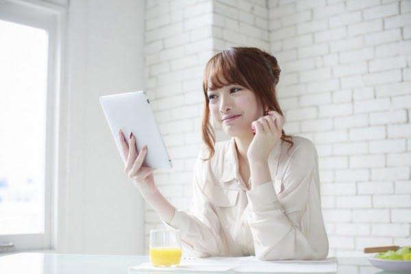 タブレットで転職サイトを見る女性
