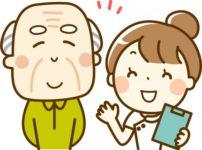 介護施設で高齢者と会話する看護師