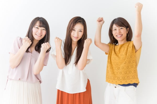 ガッツポーズをする3人の訪問看護師