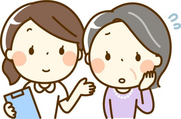高齢者の女性と談笑する看護師さん