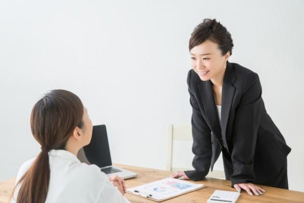 初任者研修で講師に質問する女性